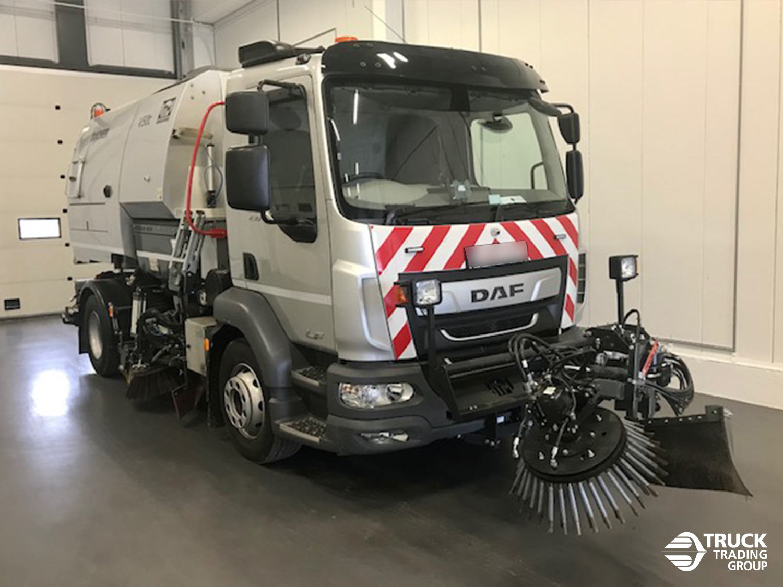 DAF LF 230 FA 16 ton met Johnston V50t opbouw en Beam veegsysteem. foto 4